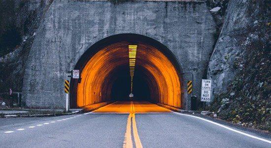 در یک پژوهش بررسی شد اقداماتی برای کاهش تصادفات ناشی از نور تونلها